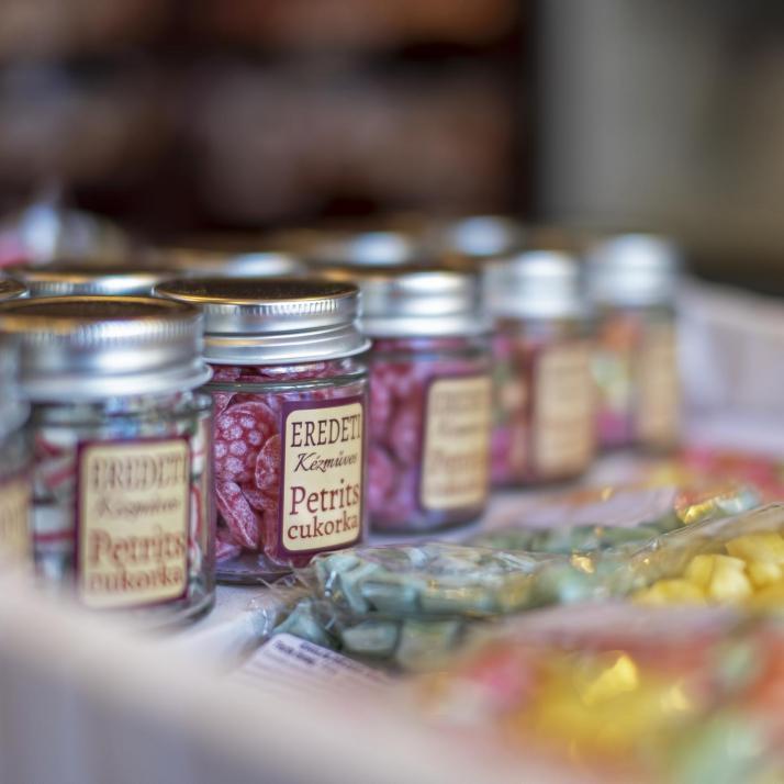 Kézműves cukorkák üvegben és tasakban