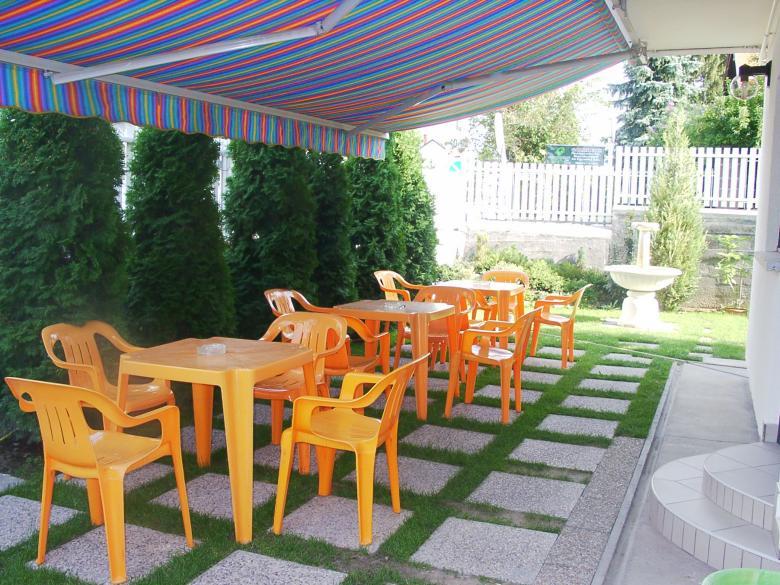 A régi retro kerthelyiség billegős, műanyag székekkel